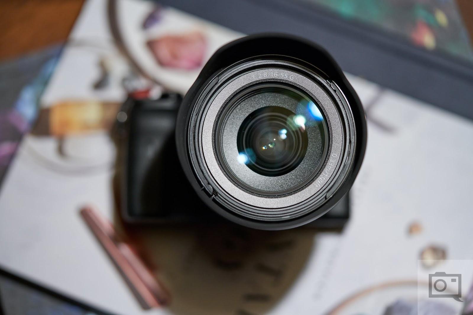 Объектив Sony E 16-55mm f/2.8 G с камерой Sony A6600, вид спереди