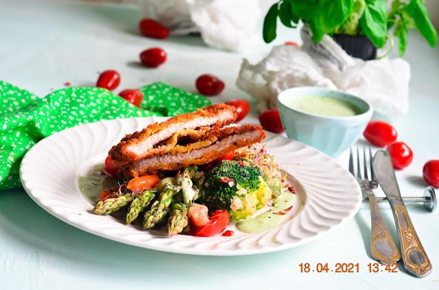 Domowy kotlet schabowy w panko podany z warzywami w tempurze z sosem majonezowym ziołowym.