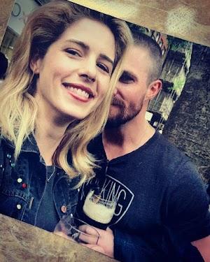 Arrow: Stephen Amell se pronunciou sobre a saída de Emily Bett Rickards da série