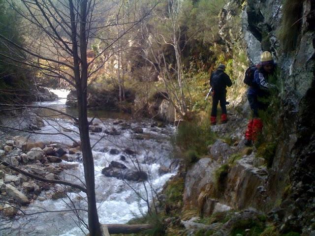 Paso húmedo en el río