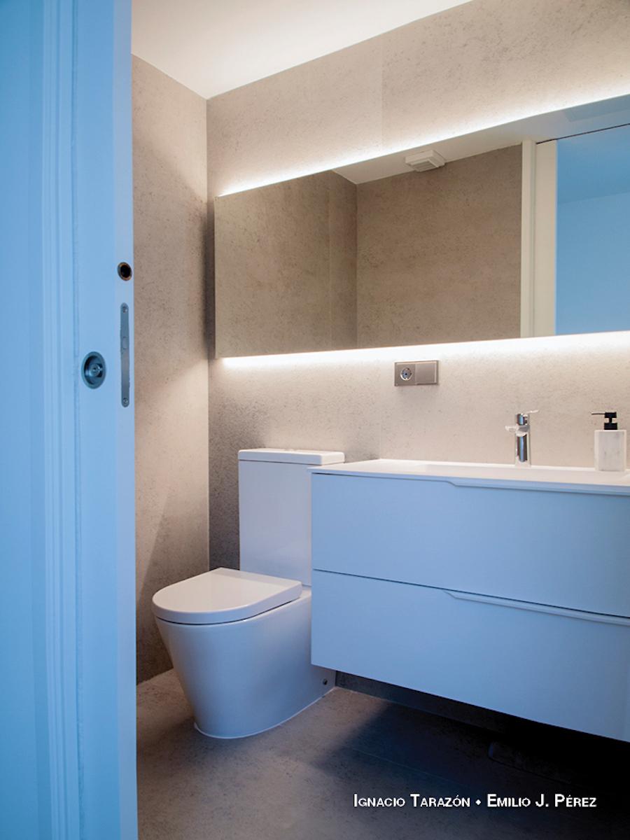 Baño con ducha, azulejos XL gris