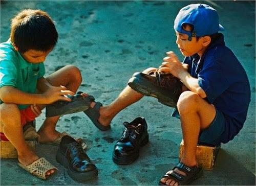 Những đứa trẻ đánh giày