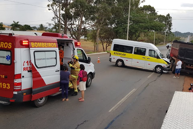 Colisão entre van escolar e caminhão deixa três feridos na DF-140