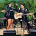 Altinho-PE: Artista altinense recebe violão das mãos do cantor Batista Lima.