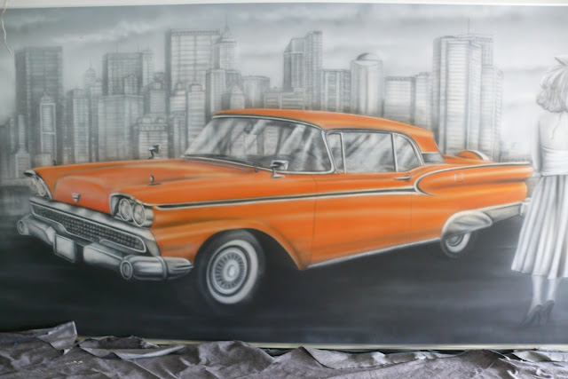 Malowanie obrazu na ścianie farbami UV, obraz przedstawia samochód Cadilac, Mural UV