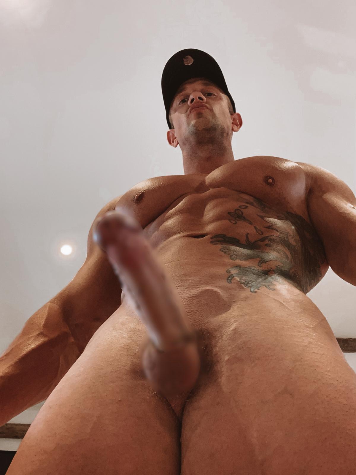 desnudo instructor de gym