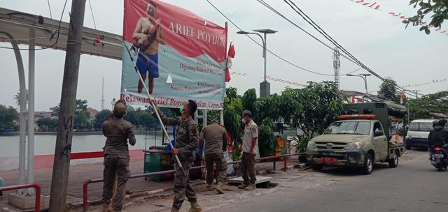 Nah Kan! Satpol PP Akhirnya Turunkan Baliho Arief Poyuono Berpose Telanjang Dada