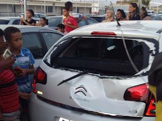 Papai noel paraquedista cai em cima de carro durante pouso em shopping