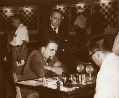 Francino frente al tablero en el VIII Campeonato de España por equipos, Barcelona 1964