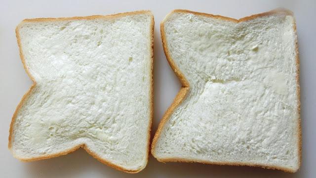 食パンそれぞれの片面にバターを塗ります。
