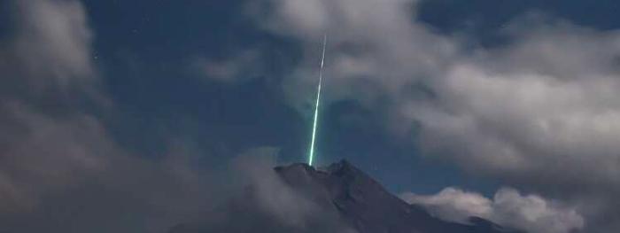 meteoro no vulcão na Indonésia