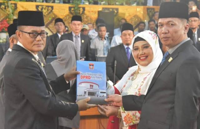 Syafrial-Kani-Pimpinan-DPRD-Kota-Padang-Sementara-kiri-bersama-Elly-Thrisyanti-mantan-Ketua-DPRD-Kota-Padang-dan-Wakil-Ketua-Asrizal-kanan