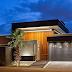Fachada de casa contemporânea de esquina com painel de madeira e cor cinza!