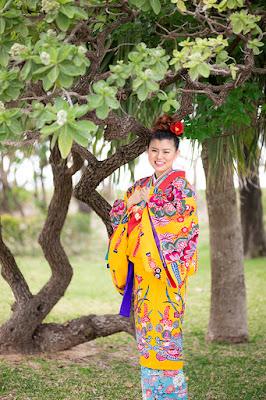 沖縄の海で琉装ウエディングフォト