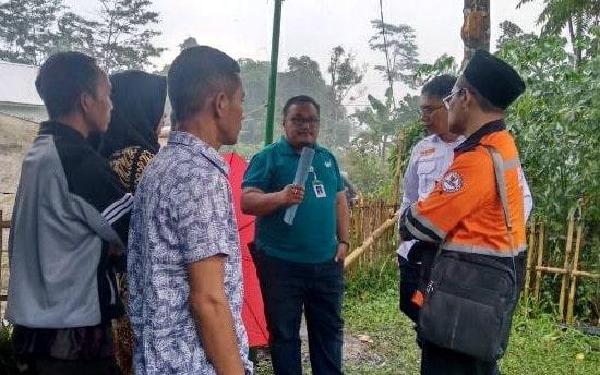 Anggota Komisi D DPRD Pemalang, Mokhamad Syafi'i (kaus hijau) bersama perwakilan BazNas berbincang dengan korban kebakaran (Istimewa)
