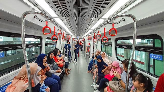 suasana di gerbong LRT jakarta
