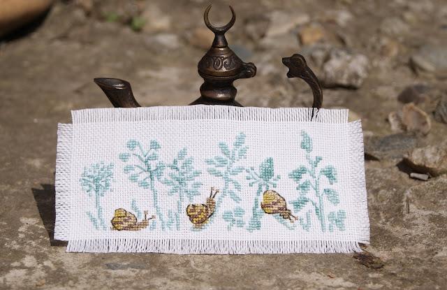 DANS MON JARDIN AU POINT DE CROIX, вышивка крестиком, вышивка улитки, французская вышивка, анжелик венжинжер, французские вышивальщицы, вышитый сад, мой французский сад, мини вышивка, вышивка в голубых тонах, вышивка травы, садовая вышивка. французские дизайны