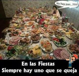 Persona pide pan cena Navidad con mesa llena de comida