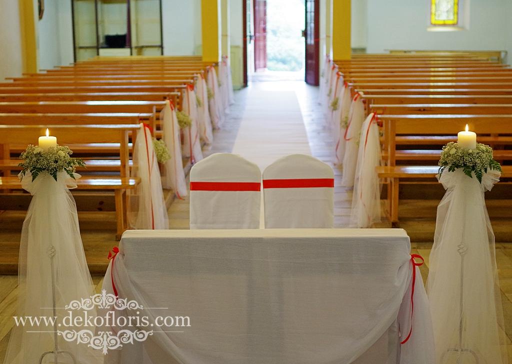 Ślubna dekoracja kościoła - gipsówka i tiul z czerwonym akcentem
