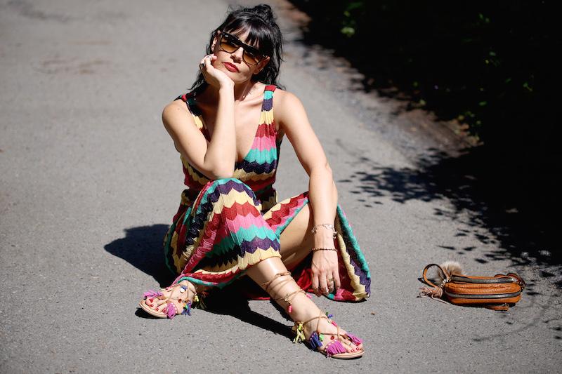 Model mit langem bunten Maxikleid von Zara
