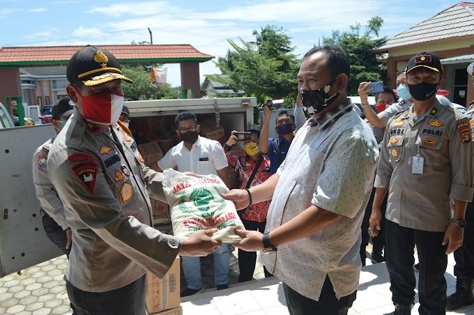 Wakapolda Lampung Berikan Bantuan Kepada Warga Terdampak Bencana Angin Puting Beliung