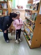 Подбирают книгу бібліотека-філія №4 фото