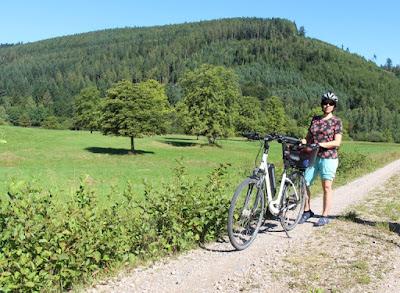 Dani mit Rad vor der Großen Wiese