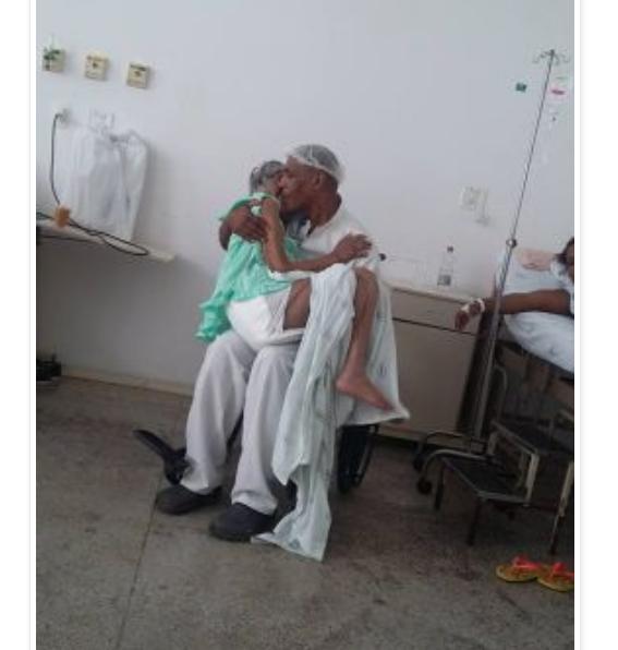 Foto de maqueiro que canta para acalmar idosa comove internautas