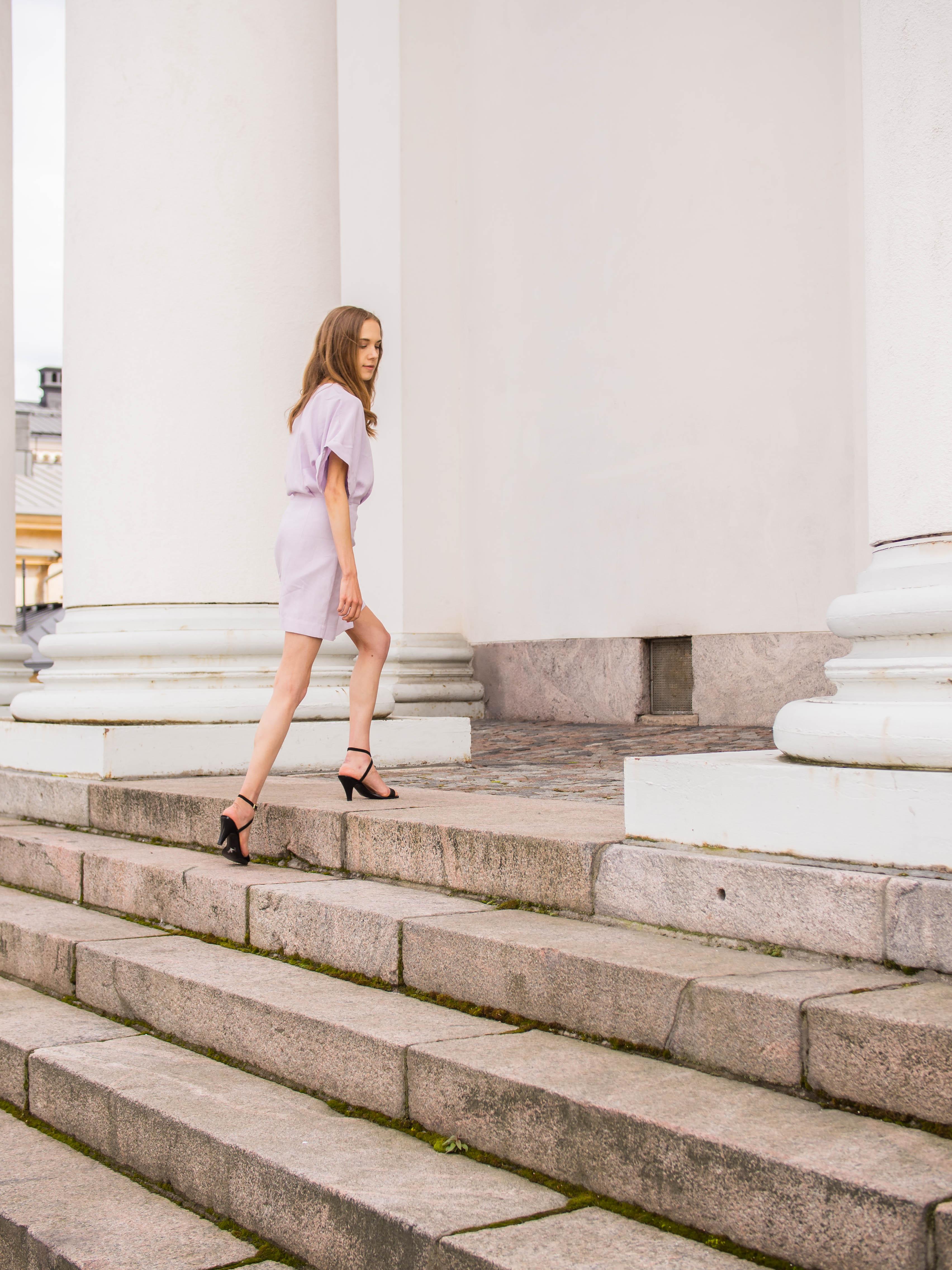 Fashion graduate in lilac mini wrap dress - Muotiopinnot, valmistujaiset, vaaleanvioletti kietaisumekko