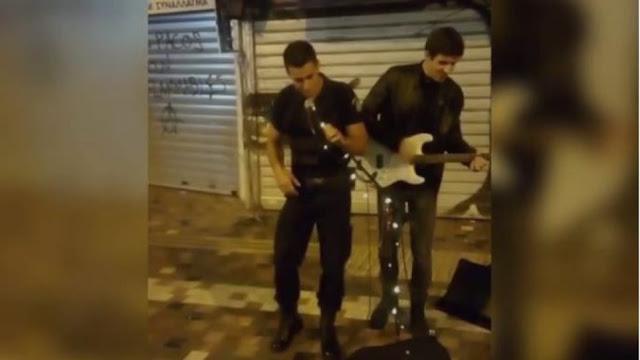 Βραβεύτηκε Ο Αστυνομικός Που Τραγούδησε Μαζί Με Πλανόδιο Στο Μοναστηράκι (ΒΙΝΤΕΟ)