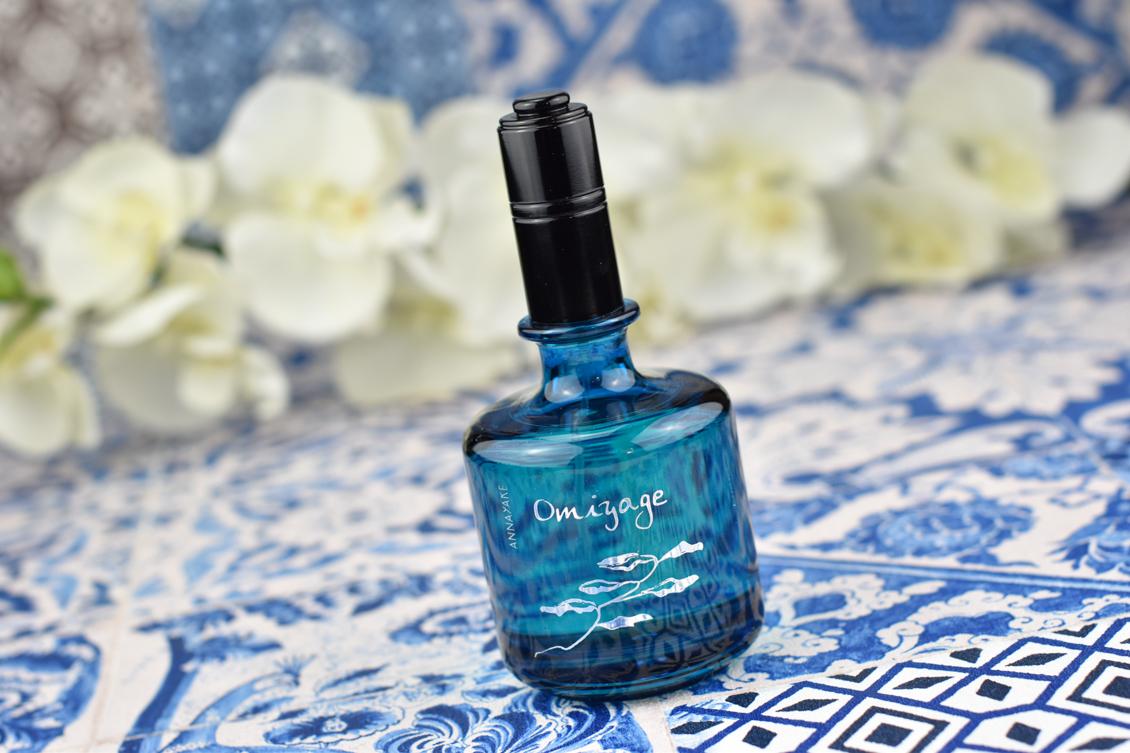 Pantone Farbe des Jahres 2020 - Classic Blue - Tipps & Ideen Badezimmer Parfumflakon