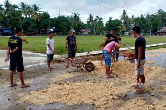 Salut, Warga Bone Perbaiki Jalanan 4 Desa di 2 Kecamatan Pakai Dana Sendiri