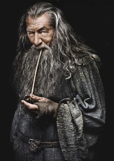 Gandalf le magicien fume la pipe