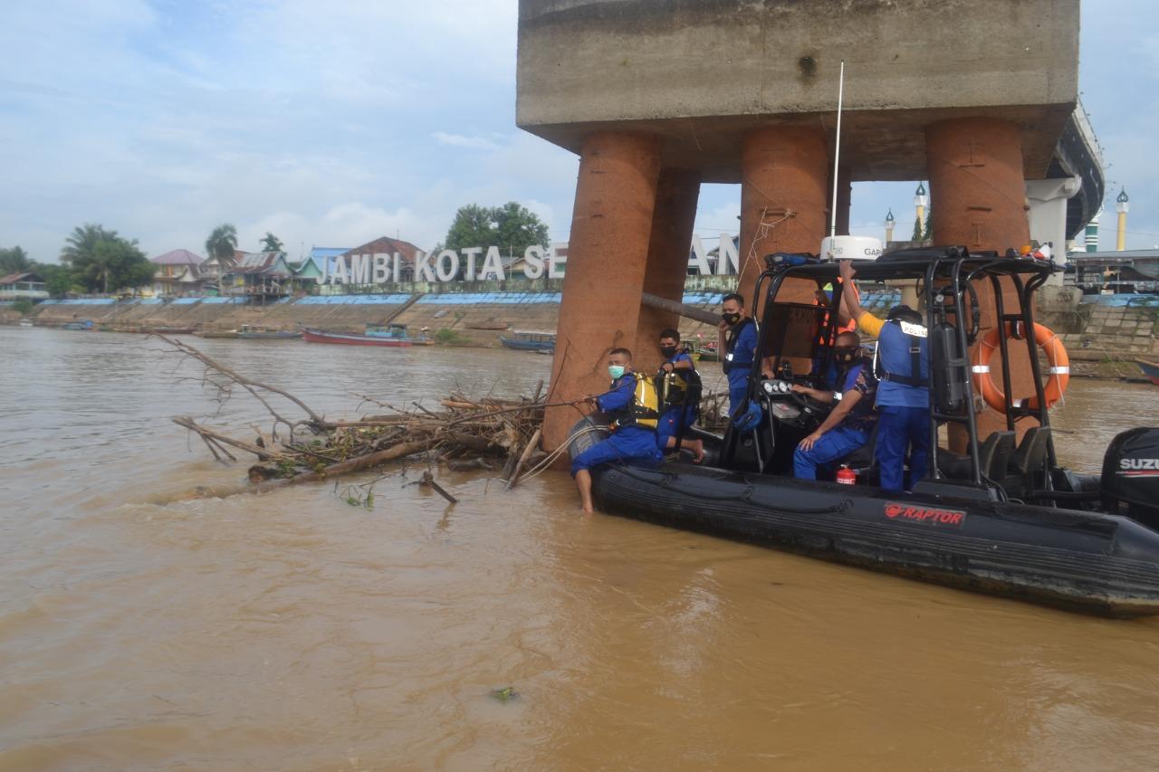 Sambut HUT Polairud Ke-70, Ditpolairud Polda Jambi Laksanakan Aksi Bersih Bersih Sungai Batanghari
