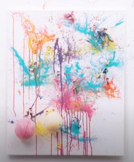 Kunst objekt dass durch platzenden mit Farbe gefüllten Luftballons hergestellt wurde.