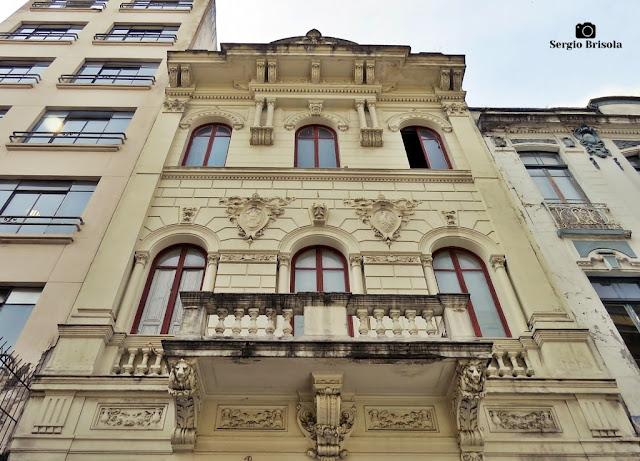 Perspectiva inferior da fachada de um Prédio antigo na Rua Roberto Simonsen - Centro - São Paulo