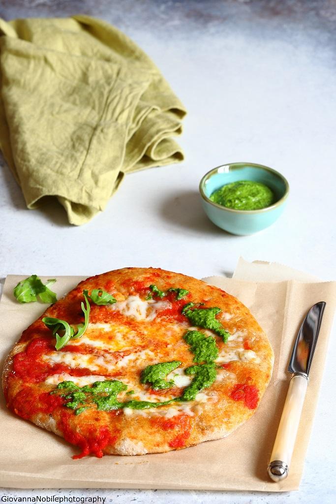 Pizza con filetto di pomodori e crema di rucola