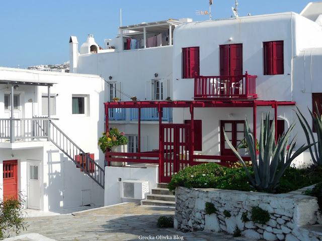 Domki jak kostki cukru Mykonos Grecja kolorowe balkony i okiennice
