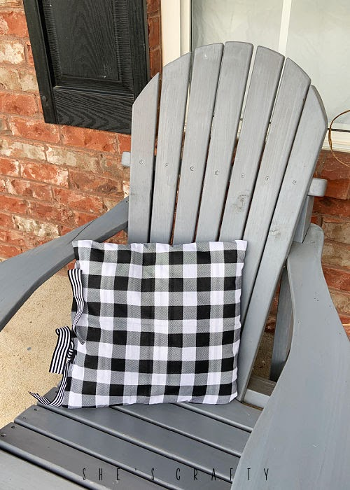 How to make pillow covers from bandannas.
