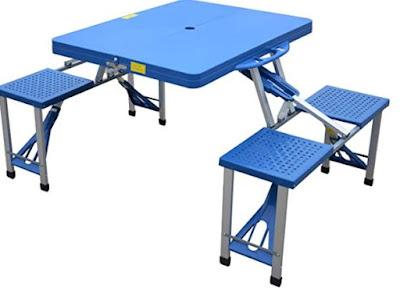 Il tavolo da campeggio ha già le sedie incorporate