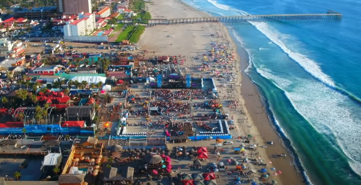 Evento de Baja Beach Fest junto a la Playa de Rosarito