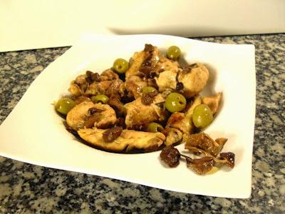 Pollo de corral sobre cama de laurel, aceitunas y moixernons de Montse Estruch.