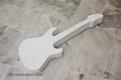 Guitarra eléctrica hecha con cartón y papel reciclado