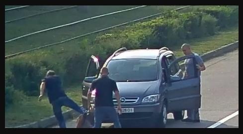 """У Кам'янському """"вершники правосуддя"""" побили безхатченків, які перетинали дорогу у забороненому місці: відео моменту"""