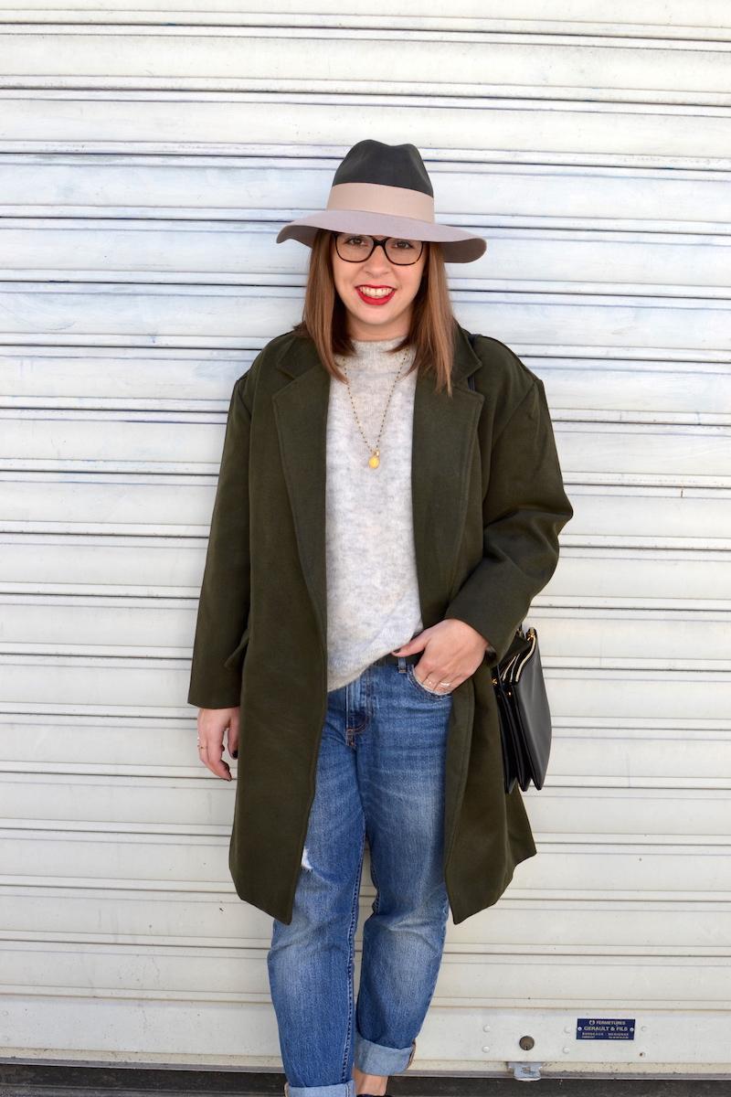 pull gris H&M, chapeau kaki et rose pastel, manteau kaki de Sheinside, trio bag Céline