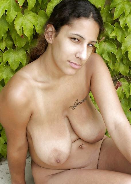schlaffer Busen von nackter Latina