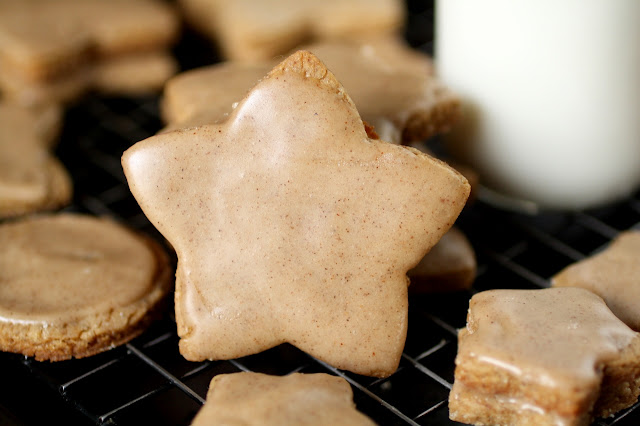 Galletitas de manteca dorada, café y canela / Spice brown butter cut-out cookies