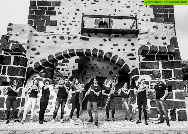 """Isaac Castellano, Victor Pablo Pérez, Sebatián Gil y Julio Castañeda en la presentación La Joven Orquesta de Canarias-JOCAN ultima los preparativos para un nuevo encuentro sinfónico en el Archipiélago. En esta ocasión será en Gran Canaria, Tenerife y La Palma, los días 20, 21 y 22 de julio, bajo la dirección del prestigioso violinista serbio Gordan Nikolic, quien ha sido hasta fechas muy recientes concertino de la Orquesta Sinfónica de Londres, y que también actuará como solista. El programa de los conciertos, de libre acceso para el público, está integrado por obras de Bach, Mozart y Beethoven.  Los detalles de esta nueva gira han sido presentados hoy por el consejero de Turismo, Cultura y Deportes del Gobierno de Canarias, Isaac Castellano, acompañado del director artístico de la JOCAN, Víctor Pablo Pérez, así como del director del Festival Internacional de Trompeta de Maspalomas, Sebastián Gil; y del coordinador del Festival de Música de Cámara de La Orotava, Julio Castañeda, eventos cuya clausura estará a cargo de la joven formación.  Isaac Castellano manifestó que este nuevo encuentro muestra que la orquesta está consolidando su presencia en el Archipiélago, """"una presencia que sale de Canarias al exterior, tenemos una gran noticia de la que estamos muy orgullosos, porque la JOCAN realizará una gira por China la próxima Navidad, un encuentro que viene a demostrar el gran talento de los músicos canarios que es apreciado, incluso, por una cultura tan diferente a la nuestra"""", afirmó.  El director artístico de la Joven Orquesta de Canarias, Víctor Pablo Pérez, destacó la importancia de contar con un músico como Gordan Nikolic en este nuevo encuentro sinfónico, """"uno de los grandes, una de esas personas que está haciendo que la música clásica cambie su aspecto, que podamos estar en otras variables que no sean lo típicamente clásico"""". """"Además"""", continuó, """"ahora se dedica a trabajar con músicos jóvenes y acude a Canarias con tres grandes solistas que trabajan habitualme"""
