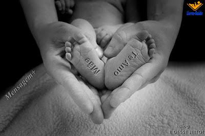 Imagem das mãos de uma mãe envolta dos pés do seu filho, formando um coração