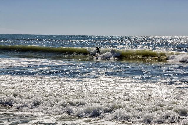 Un surfista solitario sobre las olas.